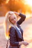 有一张俏丽的微笑的面孔的美丽的年轻白肤金发的女孩和美丽的眼睛 一名妇女的画象有长的头发和惊人的神色的 库存照片