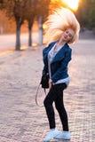 有一张俏丽的微笑的面孔的美丽的年轻白肤金发的女孩和美丽的眼睛 一名妇女的画象有长的头发和惊人的神色的 免版税库存图片
