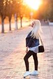 有一张俏丽的微笑的面孔的美丽的年轻白肤金发的女孩和美丽的眼睛 一名妇女的画象有长的头发和惊奇的看 库存照片