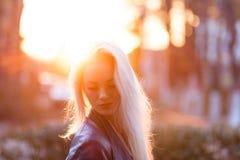 有一张俏丽的微笑的面孔的美丽的年轻白肤金发的女孩和美丽的眼睛 有长的头发的一名妇女打消他们,使神色惊奇 免版税图库摄影