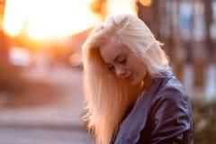 有一张俏丽的微笑的面孔的美丽的年轻白肤金发的女孩和美丽的眼睛 有长的头发的一名妇女打消他们,使神色惊奇 免版税库存图片