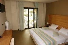 有一张大床的内部室在一家现代化的希腊人旅馆里 库存图片