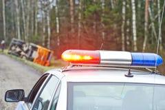 有一张敷金属纸条的警车在卡车崩溃 免版税库存图片