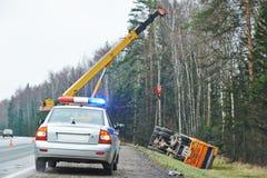 有一张敷金属纸条的警车在卡车崩溃 库存照片