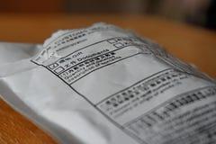 从有一张桌的中国送的被打开的信封与在它的盖子的一个形式 免版税库存图片