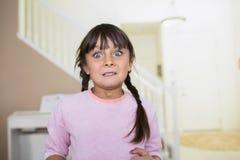 有一张激动的面孔的女孩 免版税图库摄影