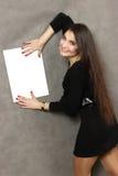 有一张白色空的纸片的年轻好妇女 免版税库存照片