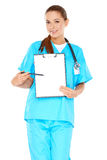 有一张空白的剪贴板的微笑的医生 库存照片