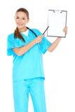 有一张空白的剪贴板的微笑的医生 库存图片