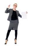 有一张空白的纸片的不快乐的女商人 免版税库存照片