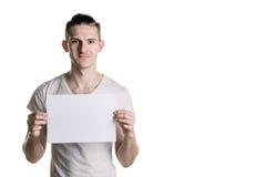 有一张空白的纸片的年轻英俊的人,微笑的调查框架 署名的,文本地方 水平的框架 免版税库存图片