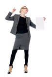 有一张空白的纸片的活跃女商人。 库存照片