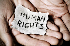 有一张纸的年轻人与文本人权 免版税库存照片