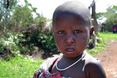 有一张肮脏的面孔的一个非洲黑人孩子,特写镜头画象 免版税库存照片