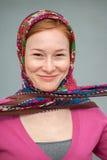 有一张被打结的手帕的红发妇女 免版税库存照片