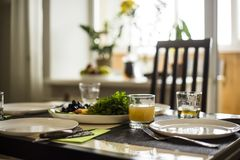 有一张饭桌的家庭舒适厨房四的 免版税库存照片