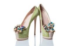 有一打印的碗和ope的绿色绒面革皮革高跟鞋鞋子 免版税图库摄影