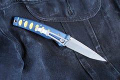 有一把刀片的铅笔刀从锦缎 免版税库存图片