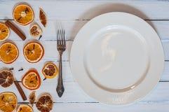有一把叉子的白色空的板材白色葡萄酒木表面上, 免版税库存图片