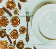 有一把叉子的白色空的板材白色葡萄酒木表面上, 图库摄影