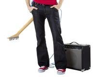 有一把吉他的音乐家在他的  免版税库存图片