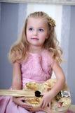 有一把吉他的小白肤金发的女孩在葡萄酒样式 免版税图库摄影