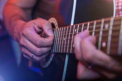 有一把声学吉他的男性音乐家 图库摄影