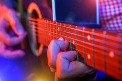 有一把声学吉他的男性音乐家 库存图片