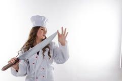 有一把大刀子的女孩厨师 图库摄影