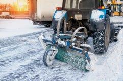有一把大刷子的一台推土机在以后清洗街道重的自然降雪 准备好的圣诞节 晴朗的冷淡的日 C 免版税库存照片
