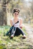 有一把小提琴的美丽的女孩在他的手上 免版税图库摄影