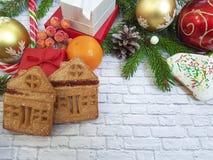 有一把弓的圣诞节分支红色箱子在砖背景 免版税库存照片