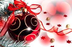 有一把弓的圣诞节装饰红色玩具在白色背景 免版税库存图片