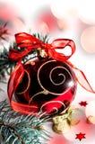 有一把弓的圣诞节装饰红色玩具在白色背景 免版税图库摄影