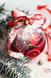有一把弓的圣诞节装饰红色玩具在白色背景 图库摄影