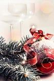 有一把弓的圣诞节装饰红色玩具在白色背景 免版税库存照片