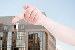 有一把房子钥匙的手在特写镜头 免版税图库摄影