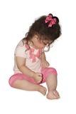 有一把桃红色弓的小女孩 免版税图库摄影