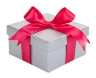 有一把桃红色弓的灰色礼物盒 图库摄影