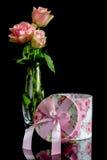 有一把桃红色弓的礼物盒 免版税库存图片