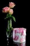 有一把桃红色弓的礼物盒 免版税库存照片