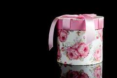 有一把桃红色弓的礼物盒 免版税图库摄影