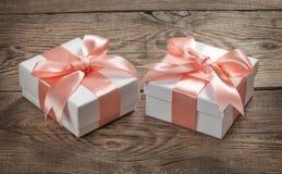 有一把桃红色弓的美丽的礼物盒 免版税库存照片