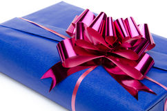 有一把桃红色弓的蓝色礼物盒 免版税库存图片