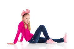 有一把桃红色头发弓的坐的女孩 库存图片