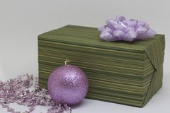 有一把淡紫色弓的绿色箱子在轻的背景 免版税库存图片