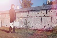有一把电吉他的一个人在铁路 le的一位音乐家 免版税库存照片