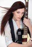 有一把电吉他的妇女 免版税库存照片