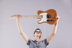 有一把电吉他的少年 免版税库存图片