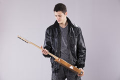 有一把电吉他的少年 免版税图库摄影